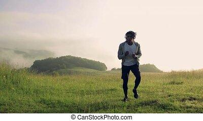 course, jeune, dehors, nature., homme, mélangé, pré, exercice