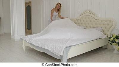 courses, femme, elle, couple, lindu lit, étreinte, chambre à coucher, maison, homme