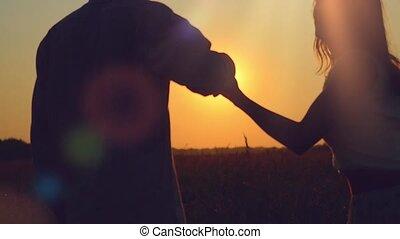 courses, joindre, mode, couple, -, lumière, champ, coucher soleil, mains, style de vie, travers, bonheur, heureux