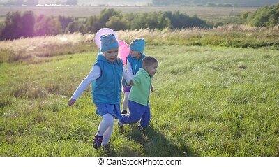 courses, parc tenant mains, ballons, enfants, heureux