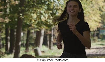 courses, poursuite, autour de, elle, parc, courant, 120fps, appareil photo, forêt, devant, girl, coude