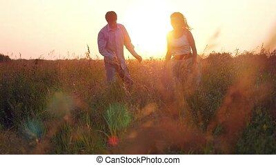 courses, style de vie, mode, couple, -, lumière, champ, coucher soleil, travers, bonheur, heureux