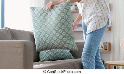 coussins, arrangement, femme, maison