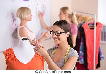 couturiers, à, work., trois, beau, jeunes femmes, dans, lunettes, fonctionnement, dans, conception mode, studio