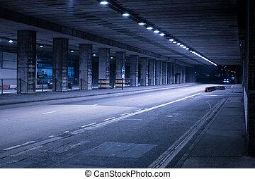 couvert, rue, éclairé, nuit
