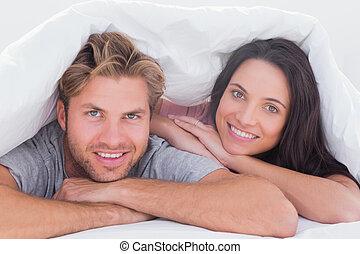 couverture, couple, beau, sourire, sous