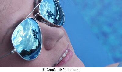 couverture, figure, femme, couvert, sourire heureux, piscine, natation