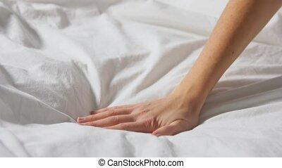 couverture, lit, main émouvante, couvert, femme