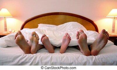 couverture, mouvement, père, lit, fils, pieds, leur, poser, mère, sous, shoeless