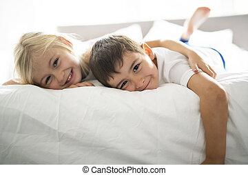 couverture, sous, lit, frères soeurs, chambre à coucher, maison portrait, mensonge, heureux