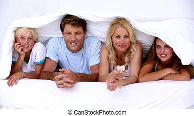 couvertures, mensonge, sous, montre, famille