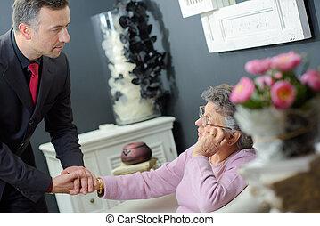 coveiro, confortando, mulher idosa