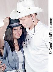 cow-boy, couple, jeune, studio, portrait, chapeaux, heureux