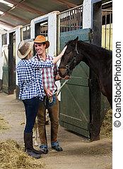 cowgirl, couple, cow-boy, intérieur, écuries