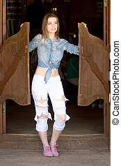 cowgirl, in, jeans, stehende , salon, eingang