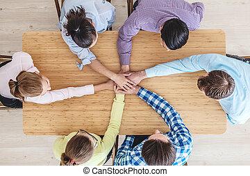 coworkers, empilhando mãos