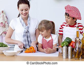 cozinhar, ajudando, mãe, cozinha, crianças, feliz