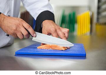 cozinheiro, cortar, cru, salmão, com, faca, ligado, azul,...