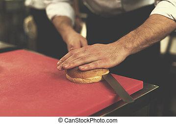 cozinheiro, hambúrguer, corte, rolos, mãos