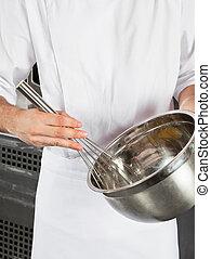 cozinheiro, misturando, wisk, fio, tigela