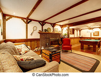cozy, wohnzimmer, mit, decke, balken, rustic, couch, teppich, hölzern, paneled, wände, entsteint, hintergrund, kaminofen, und, legen tisch zusammen