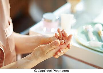 crème main, demande, femme, élégant