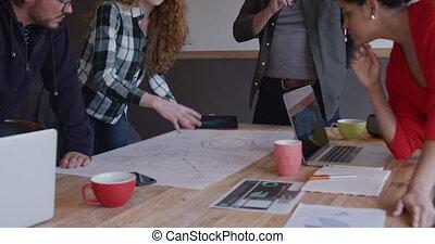 créatif, collègues, groupe, bureau fonctionnant