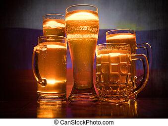 créatif, concept., lunettes bière, sur, table, à, sombre, modifié tonalité, brumeux, fond, à, vue brouillée, de, drapeau, de, russia., soutien, ton, pays, à, bière, concept.