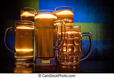 créatif, concept., lunettes bière, sur, table, à, sombre, modifié tonalité, brumeux, fond, à, vue brouillée, de, drapeau, de, sweden., soutien, ton, pays, à, bière, concept.