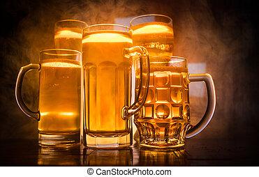 créatif, concept., lunettes bière, sur, table, à, sombre, modifié tonalité, brumeux, fond, à, vue brouillée, de, drapeau, de, switzerland., soutien, ton, pays, à, bière, concept.