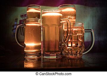 créatif, concept., lunettes bière, sur, table, à, sombre, modifié tonalité, brumeux, fond, à, vue brouillée, de, drapeau, de, spain., soutien, ton, pays, à, bière, concept