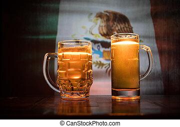 créatif, concept., lunettes bière, sur, table, à, sombre, modifié tonalité, brumeux, fond, à, vue brouillée, de, drapeau, de, mexico., soutien, ton, pays, à, bière, concept.