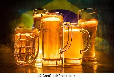 créatif, concept., lunettes bière, sur, table, à, sombre, modifié tonalité, brumeux, fond, à, vue brouillée, de, drapeau, de, brazil., soutien, ton, pays, à, bière, concept.
