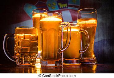 créatif, concept., lunettes bière, sur, table, à, sombre, modifié tonalité, brumeux, fond, à, vue brouillée, de, drapeau, de, croatia., soutien, ton, pays, à, bière, concept.