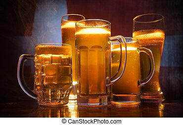 créatif, concept., lunettes bière, sur, table, à, sombre, modifié tonalité, brumeux, fond, à, vue brouillée, de, drapeau, de, denmark., soutien, ton, pays, à, bière, concept.