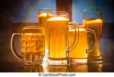 créatif, concept., lunettes bière, sur, table, à, sombre, modifié tonalité, brumeux, fond, à, vue brouillée, de, drapeau, de, england., soutien, ton, pays, à, bière, concept.