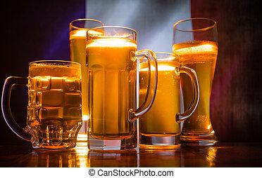 créatif, concept., lunettes bière, sur, table, à, sombre,...