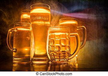 créatif, concept., lunettes bière, sur, table, à, sombre, modifié tonalité, brumeux, fond, à, vue brouillée, de, drapeau, de, germany.