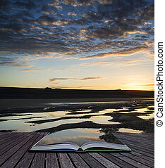 créatif, concept, pages, de, livre, beau, levers de soleil, reflété dans, marée basse, eau, piscines, sur, plage, paysage