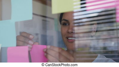 créatif, course, bureau fonctionnant, femme, mélangé