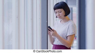 créatif, femme, utilisation, bureau, moderne, smartphone