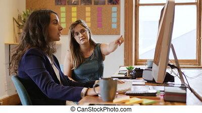 créatif, millennial, professionnels, bureau fonctionnant