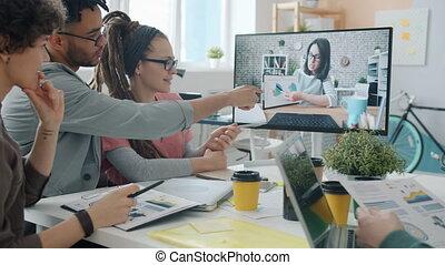 créatif, par, communication, avoir, ligne, informatique, équipe, bureau, femme affaires