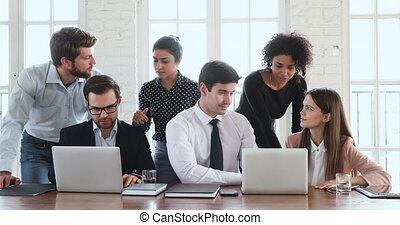 créatif, projet, groupe, ordinateur portable, discuter, ethnicité, divers, ouvriers, rassembler
