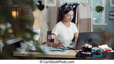 créer, ordinateur portable, stylo, femme, stylus, croquis
