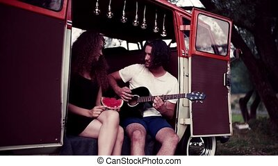 crépuscule, campagne, couple, guitar., jeune, roadtrip, par, dehors, jouer