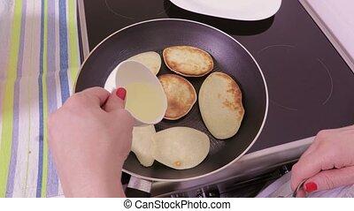 crêpes, ajouter, femme, pétrole cuisine