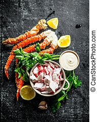 Crab meat and fresh crab with lemon slices, parsley and sauce.