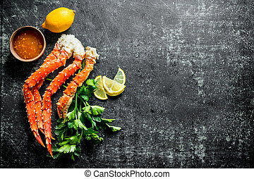 Crab with parsley, lemon slices and sauce.