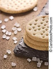 crackers, stapel, samen, op, black , steen, grof, suiker, op, houten, achtergrond.